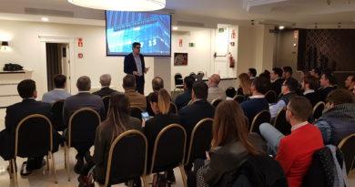 Medio centenar de empresarios se interesan por la venta B2B a través de la conferencia impartida en Granada por Óscar Torres
