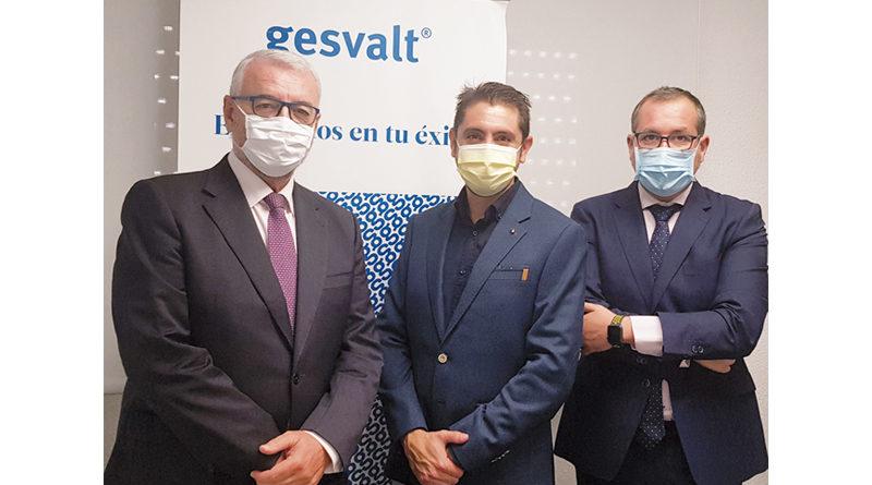 Juan Jinénez, director territorial de Gesvalt en Andalucía; Juan Domingo Román, presidente de Aprofagra; y Arturo Espinar, delegado de Gesvalt en Granada, tras la firma del acuerdo de colaboración.
